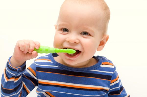 赤ちゃんの歯磨き4つの疑問